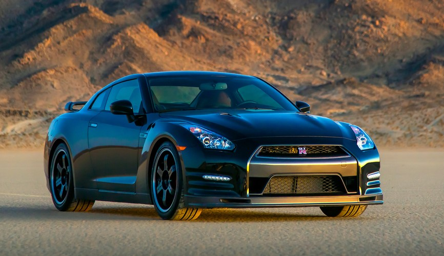 Front view of the 2014 Nissan GT-R