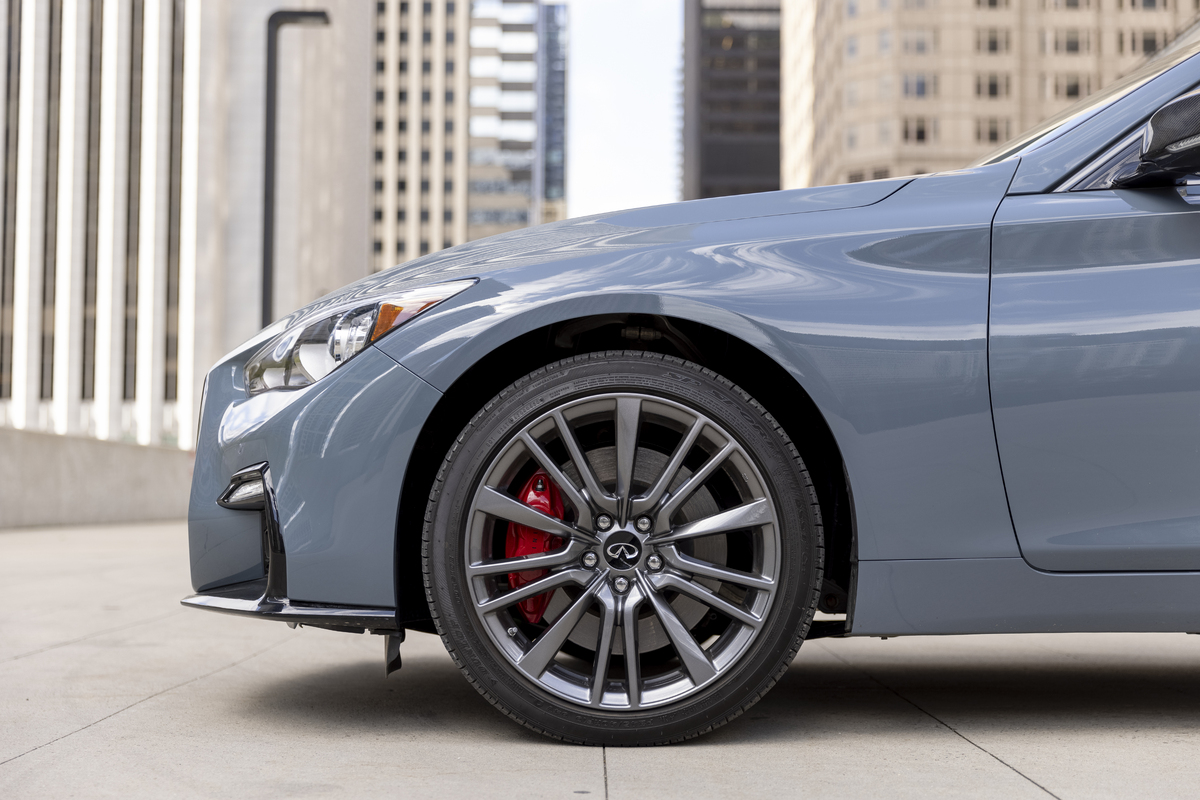 The high performance tires and wheels on the Infiniti Q50 Red Sport 400